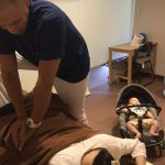 産後の骨盤矯正の施術の様子